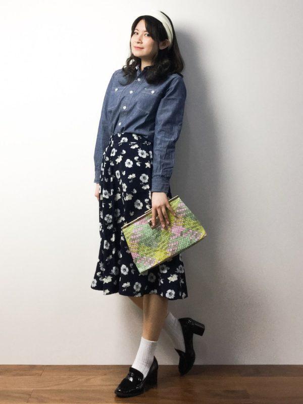デニムカラーとブラック系のスカートといった落ち着いたカラーのコーディネートですが、花柄のスカートとク明るいパステル調ラッチバッグで、春の気配を感じさせてくれるスタイルに仕上がっていますね。
