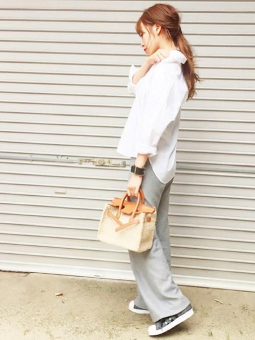ボーイフレンドシャツと淡いグレーのワイドパンツできれいめカジュアルな仕上がりとなります。足元には黒のチェック柄スニーカーをチョイス。ほどよくカジュアルダウンすることができますよ。