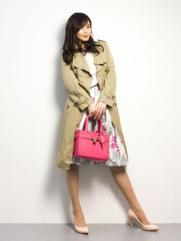 ビビットなピンクが素敵なバッグです。スカートにも同系色の色がポイントに使われているので、よりバッグの鮮明さが強調されていますね。バッグがビビットカラーなので、コートやヒールなどのカラーも大人しめで。