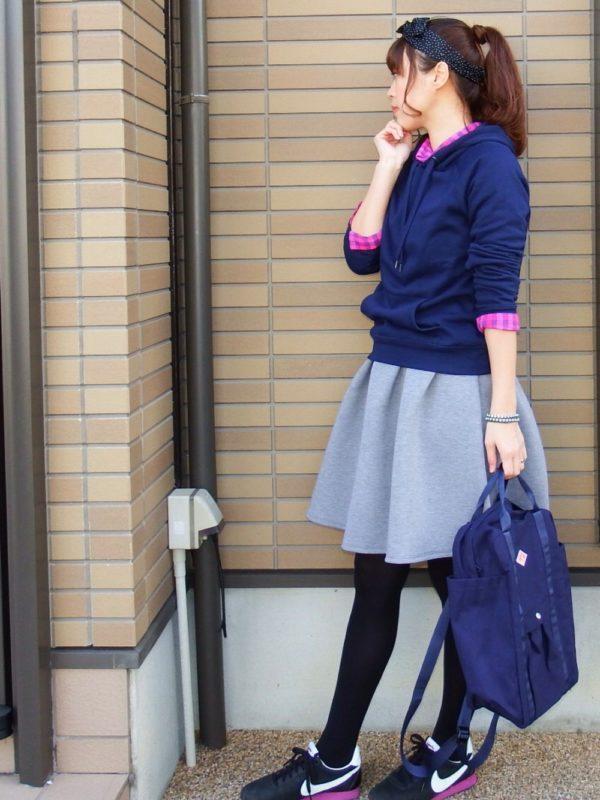 ブルーのパーカーとグレーのスカートのコーディネートです。フレアスカートでガーリーさが表れています。差し色のシャツのピンクとスニーカーのピンクが印象的で素敵です。