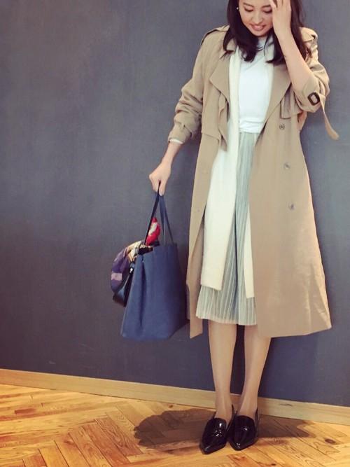 コートとスカートの丈がほぼ同じで、トレンチコートのフォルムがきれいに見えます。バッグの色も映えますね。