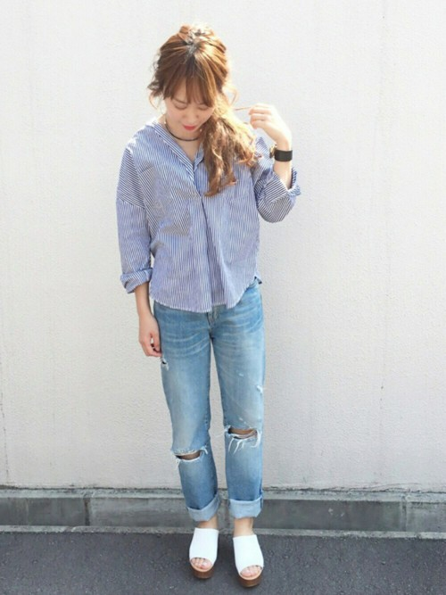 爽やかなブルーのワントーンコーデです。ストライプシャツにダメージデニムをあわせるとラフな仕上がりに。デニムはロールアップすることで、よりおしゃな着こなしとなり素肌が見えて女性らしさも演出できます。
