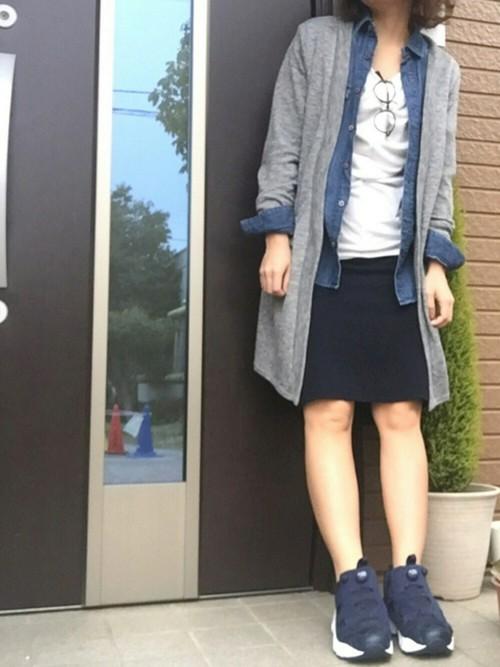 グレーのカーディガンがコーデをまとめていて、スカートの丈が短く体の線を美しく見せてくれてます。デニムシャツとの重ね着をGOOD◎