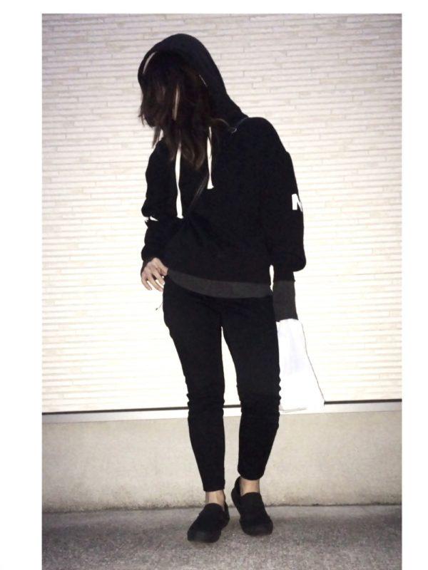 ブラックで統一したシックなコーディネートです。裾からのぞいたダークグレーがポイントになっていますね。足元は肌見せですっきり感を出して。