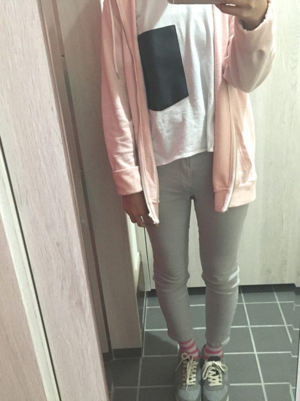 ピンクのパーカーが素敵なコーディネートです。パンツとシューズをピンクと相性のいいグレーでまとめていますね。靴下のホワイトとピンクのボーダーカラーが可愛く決まっています。