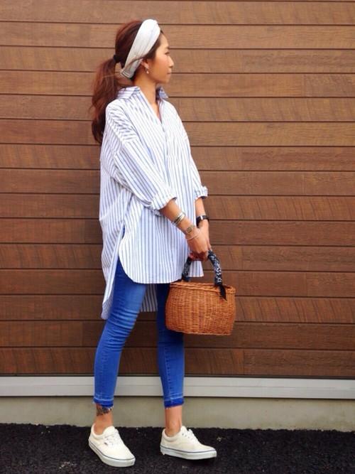 シャツと白いスニーカーの組み合わせは清潔感がありますね。スキニ―パンツがコーデにメリハリをつけます。