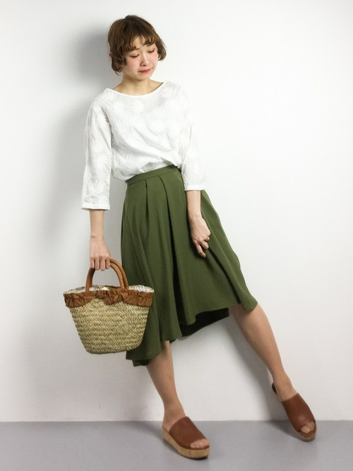 春もまだまだ続きそうなミリタリー人気。合せやすいカーキのフレアスカートならトレンド感のあるスタイルがすぐ作れますよ。