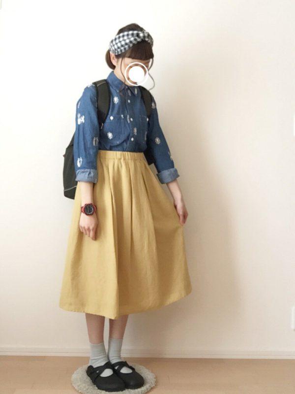 デニムカラーのシャツとイエローのスカートがとっても可愛らしいコーディネートになっています。チェックのバンダナとペタンコ靴でガーリーさを出して。