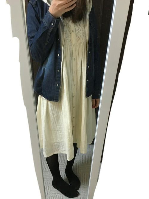 春らしい清楚な白のワンピースにデニムシャツを羽織ったシンプルなフェミニンコーデです。まだ少し肌寒い時期なら黒のストッキングを履くことで、コーデにメリハリと大人っぽさをプラスできます。