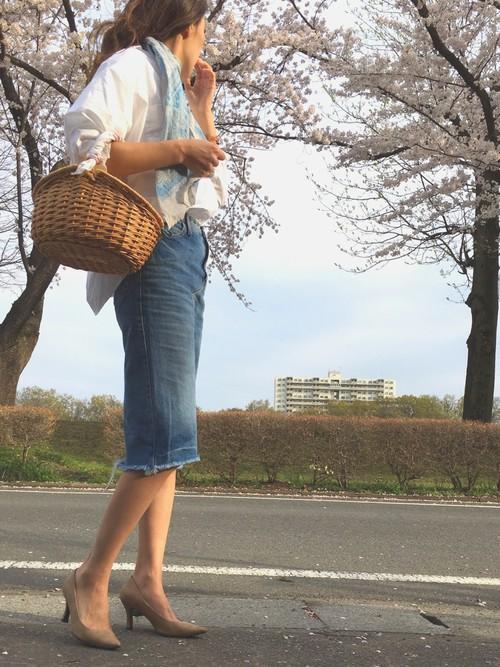 デニムスカートはミディ丈で大人っぽいアイテム!ボーイフレンドシャツをゆったりと着て水色のスカーフを首にかけて、春らしいコーデとなりますね。ヒールの高いパンプスも大人っぽさをプラスしてくれます。