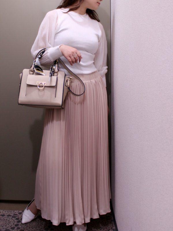 ピンクのロングプリーツスカートがフェミニンなスタイルに合わせるのは、上品な女性らしさを感じさせるバッグでとことん可愛く♪