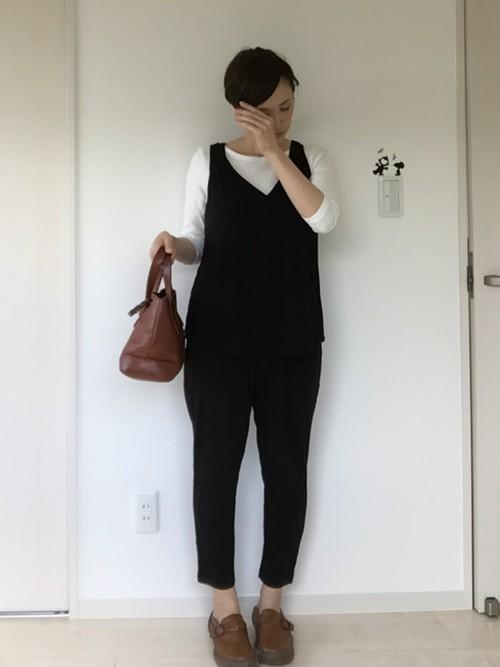 上下を黒で統一することで、セットアップ風コーデとなりますよ。バッグや靴をブラウンで統一することでよりおしゃれな仕上がりとなります。パンツと靴の間からちらりと足首を見せることで、女性らしさもアップ!
