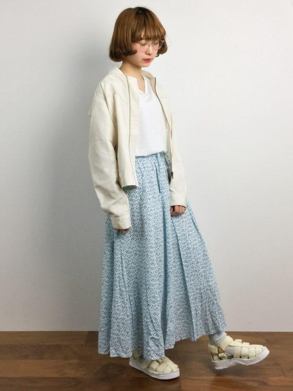 目が覚めるようなブルーのロングスカートが鮮やかなコーディネートですね。スカートを際立たせるために、トップスはホワイト系を選んで。
