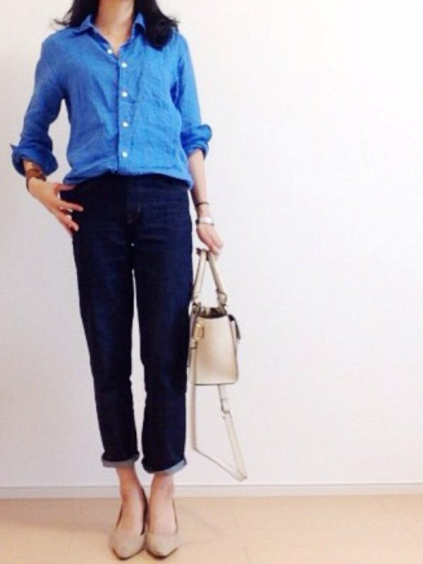 ブルーのシャツにデニムを合わせたシンプルなコーディネートです。バッグと靴はシャツのブルーが引き立つベージュ系でしっとりと。バッグとパンプスをきちんと系にしているので、ラフすぎ程よいキレイめ感が素敵です。