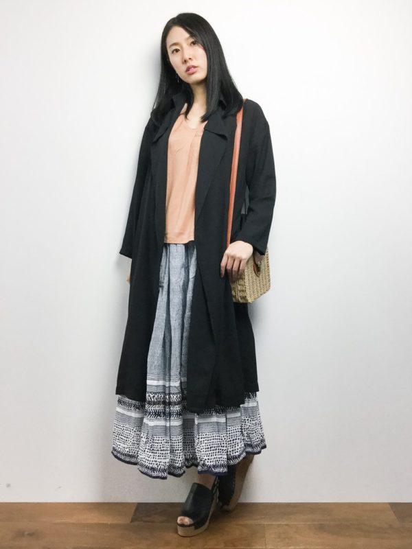 ガーリーなロングスカートに合わせるのは、これもガーリースタイルには欠かせないかごバッグを。足元もサンダルで、春めいていますね。