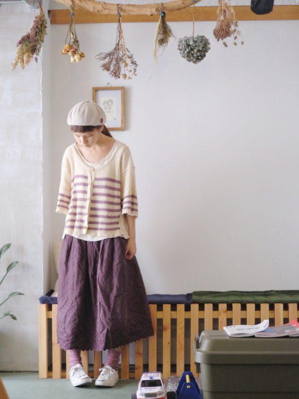 ナチュラルテイストなスカートにカーディガンを合わせたコーディネートですね。女性らしさのある上品なパープルが素敵。ベレー帽が全体のバランスを取っています。