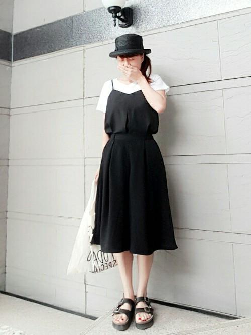 黒のキャミソールを黒のドレープガウチョパンツにインすることで、まるでオールインワンのような着こなしに。カンカン帽や靴を黒で統一し、白Tシャツをあわせればモノトーンコーデとなりますね。