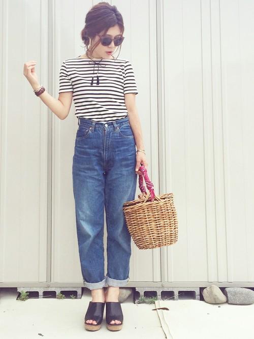 ◆ファッショングラス \790  海のシーンに欠かせないファッショナブルなサングラスがGU。ボーダーTとハイウエストのゆったりデニムのコーディネート。サングラスや赤いバンダナを持ち手に巻いたかごバッグなど、小物でマリンな雰囲気をUP♪