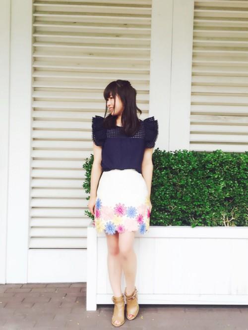 裾から3分の1の範囲に大きめの花の刺繍を施してあるキュートな台形スカート♪鮮やかな色合いで、ミニマムなスカートなのに存在感たっぷりです。シンプルなトップスと相性がいいから、いろんなトップスとコーディネートしやすいアイテムです。