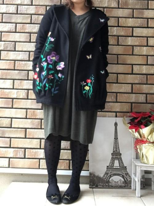人気のチェスターコートにも刺繍アイテムが出ました。全体には花の刺繍、片側の襟にだけ蝶が刺繍された短めのチェスターコートです。ショート丈だから、スカートにもパンツにも合わせやすくて便利♪