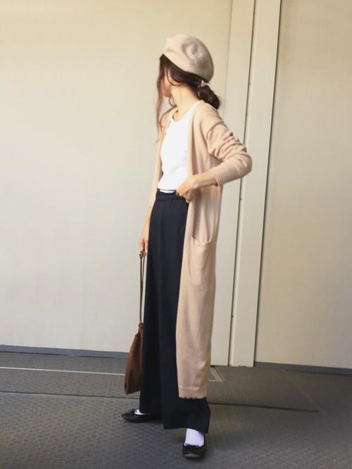 ワイドパンツにロングカーディガンを羽織ったこなれコーデ。上質なバレエシューズがコーデをワンランク上の着こなしに。
