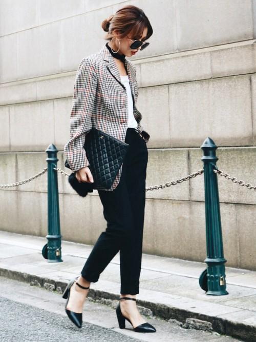 チェックのジャケットとの丈感がとてもスタイル良く見せています。パンプスでぐっと女性らしさがアップ。