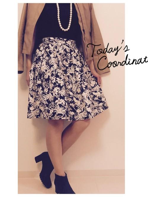 ブラック×ホワイトで品のあるコーデ。黒地に白のプリントのスカートは、シンプルなコーデでも華やかさがありますね。