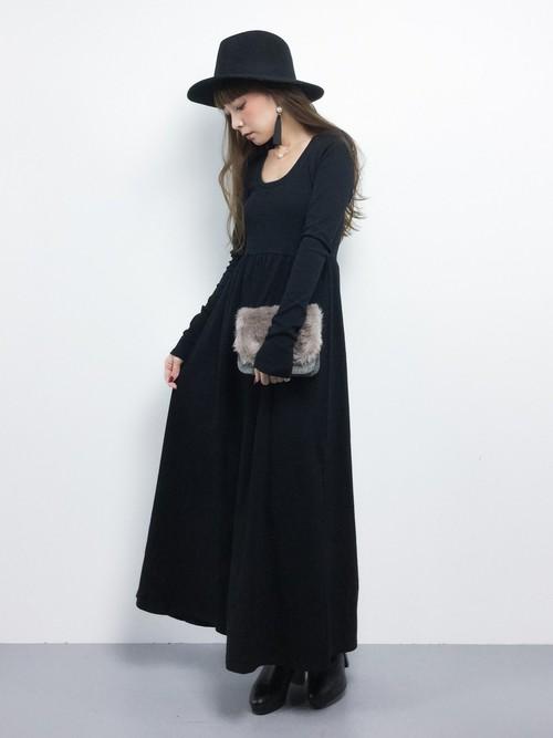オールブラックで決めても、フレアースカートのロングだからエレガントです!ミステリアスな雰囲気も素適☆