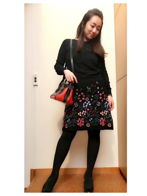 植物図鑑のようにたくさんの花々が刺繍されたZARAのスカート。ブラックの生地に鮮やかな花々の刺繍が映えます。ひとつひとつ丁寧に刺繍されているのに、お手頃価格のZARAのアイテムはお値打ち品。まさにプレミアムプライスのアイテムです♪