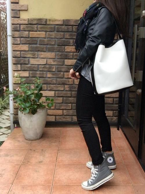 ブラックでまとめたコーディネートはホワイトのバケツバッグがアクセントに。タイトなサイジングが全体をキレイに見せてくれています。足元にグレーのハイカットシューズをプラスすることで足元が印象的になりますね。