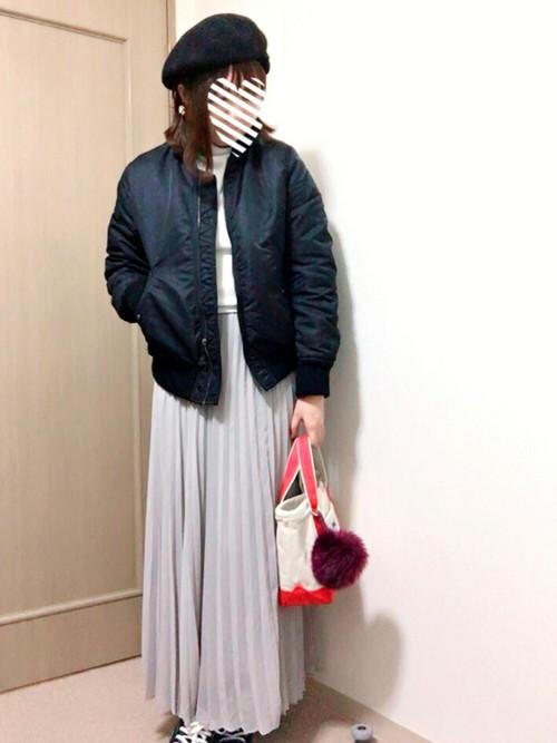 優しい印象のライトグレーのロングプリーツスカートと黒のブルゾンで甘辛ミックスコーデ。
