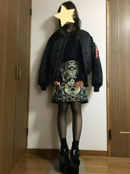 ゴールドがインパクトある印象的な柄物ミニスカートがモードな雰囲気です。黒のMA‐1を羽織り、全身ブラックコーデでクールにキマッていますね!