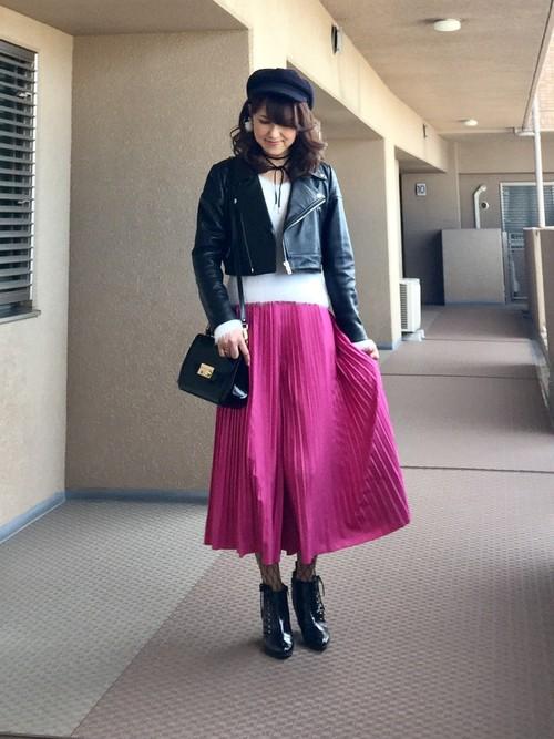 細かいプリーツで広がりすぎないスカーチョはビビットなピンクで♡トレンドのレザーライダースジャケットと合わせた甘辛コーディネート。網タイツとレースアップのシューズがポイント。マニッシュな中に1点だけ女子力の高いアイテムを投入するのが◎