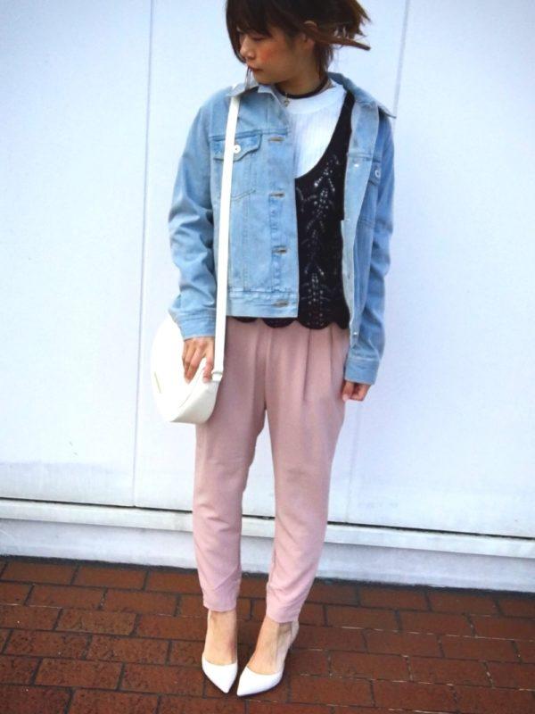 ブルーのデニムジャケットとピンクのパンツが、とっても清々しいカラーコーディネートになっていますね。インナーにキャミソールを合わせて女性らしさをアップして。