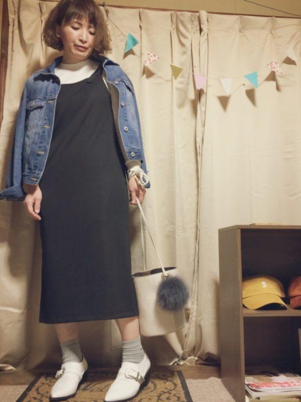 女性らしいキャミソールワンピースにデニムジャケットを合わせています。きちんと系のスタイルにデニムジャケットをプラスして、カジュアルダウンでこなれ感を出して。