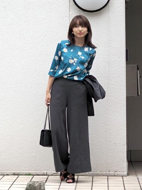 ハリのあるサテン生地にブランドオリジナルのフラワープリントが施されたブラウス。シックな色合いとスリットの入ったデザインで、オンオフ両方に使えます。パンツスーツとのコーデが素敵♪セットアップのスカートもあります♡