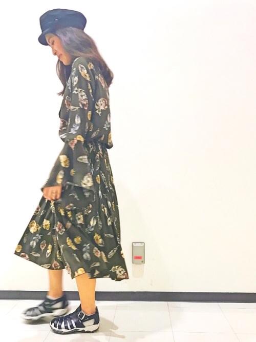 ワンピースに見えますが、実はブラウスとスカートのセットアップ。葉っぱ柄が可愛いく造りも凝っているので、着まわし力抜群です!