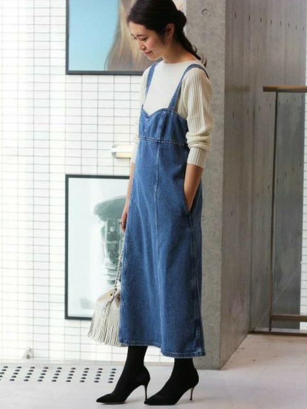 デニムジャンパースカートを使ったコーデ。抜け感のあるデザインなので、子供っぽく見えませんね。パンプスを合わせてきれいめカジュアルスタイルに♪洗練されたカジュアルさが好感度アップ!!
