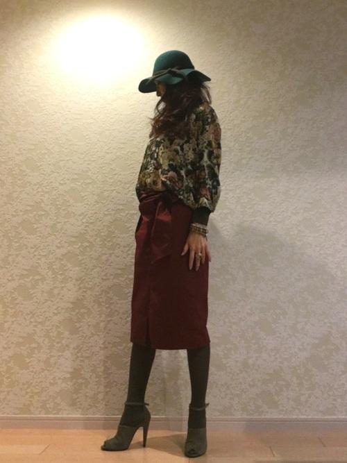 グリーン系基調のブラウスにワインレッドのタイトスカート、パンプスで大人の女性のコーデ。深みのあるグリーン系とワインレッドの配色が、全身バランス良いですね♫