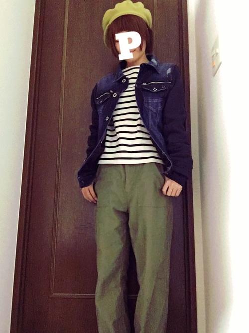 ボーダー×デニムジャケットのレイヤードに、コットンのカーキパンツを合わせた少年コーデ。