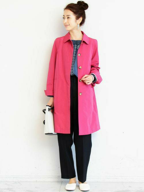 ビビットなピンクこそ大人の女性に似合う色。元気に着たいステンカラーコートも今季はピンクに注目♪相性のいいブラックのパンツと合わせて、足元はあえてカジュアルなシューズをチョイス。撥水加工が施してあるので雨や花粉にも強いコートです。