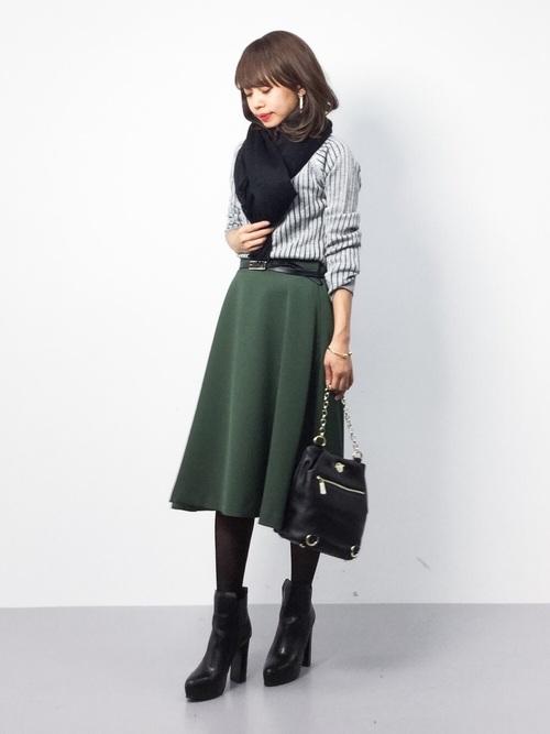 この春のフレアスカートは品よくきれいめに着こなしたいですね。トップスをインして着ることでコーデのグッときれいめな印象に。