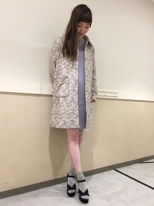 全面に小さな花の刺繍が入ったパステルカラーのコート。春らしい色合いで着るとやさしいイメージになるコートです。人気のラベンダー色は同じトーンのワンピースをインナーにすると、より印象深くなります。