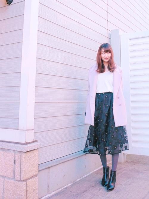 オーガンジーに花の刺繍をし、中央にビジューをつけたスカート。透けるオーガンジーにパンジーのような刺繍をすることで、透け感が強調されたフェミニンなスカートです。セットアップのトップスもあります♡