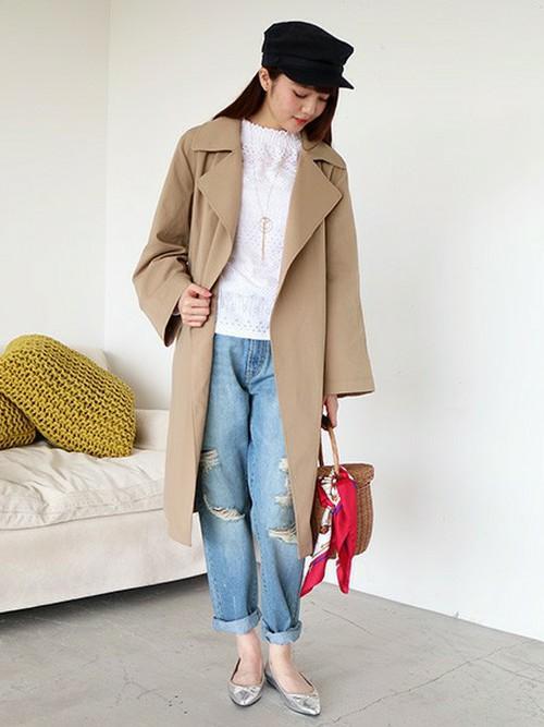 無難にまとめてしまいがちなトレンチコートスタイル。そんな時はジーンズをダメージ加工のあるモノにしてイメージチェンジしちゃいましょう。小物をカゴバッグにするとお洒落なパリジェンヌっぽくなりますね。
