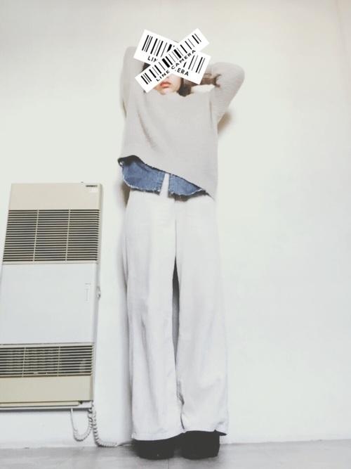 白コールのバギーパンツ×ライトベージュのプルオーバーのゆるコーデをインのデニムシャツが引き締めています。