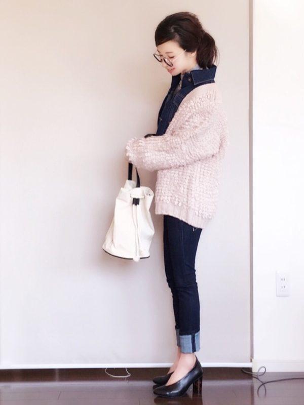 ピンクのカーディガンにデニムジャケットをインしています。カジュアルなイメージの強いデニムジャケットですが、フェミニンなアイテムと合わせることで、きちんと感が出ていますね。