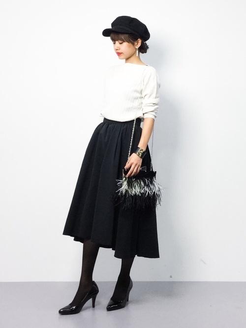 シンプルなモノトーンコーデでスカートのシルエットをきれいさを際立たせて。キャスケットでカジュアルさを足してます。