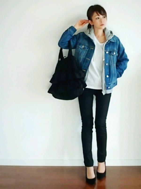 デニムジャケットと相性のいいカジュアルアイテム、パーカーを合わせたコーディネートですね。インナーのホワイトとスリムなブラックのパンツで、シンプルながらもかっこいいスタイルに。