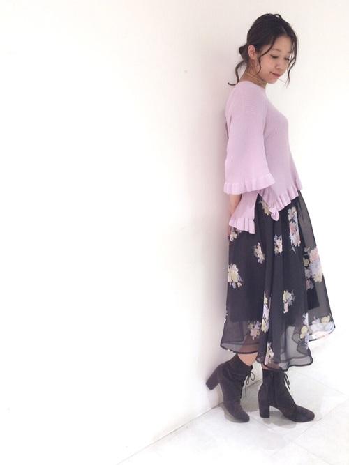 フラワープリントのオーガンジーを無地の生地の上に重ね、やさしい色合いに仕上げたミディ丈のフレアスカート。透ける感じが軽やかで、ネイビーでも重たくなりません。トレンドのラベンダーカラーのニットに合わせた春らしいコーデ♪